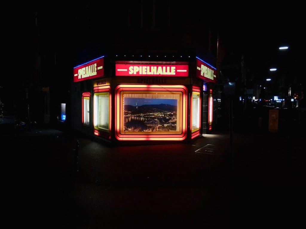 Certaines salles de jeu, comme ici à Cologne, sont parfois ouvertes 24 heures sur 24. Photo : Marco Wolter