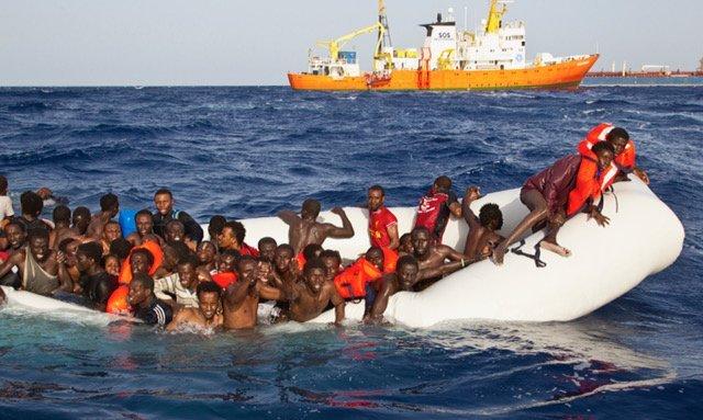 تصویر کشتیای در حال غرق شدن. اکواریوس نیز در این تصویر دیده میشود. عکس از پاتریک بار، اس او اس مدیترانه.