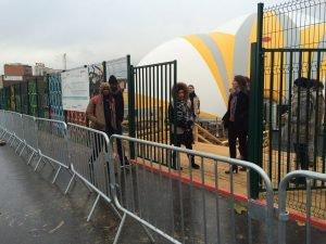 مهاجرون يدخلون مركز استقبال في باريس/ مهاجر نيوز/ أرشيف