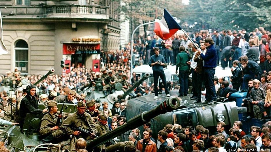 Aprs lchec du printemps de Prague plus de 100 000 personnes ont fui vers lOuest