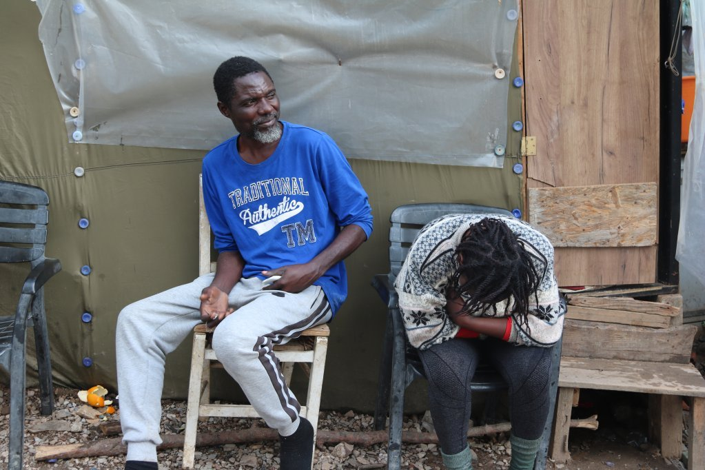 Magalie (hiding her face) and Joseph come from DR Congo and are waiting for their asylum applications to be examined | Photo: R. Carlier / InfoMigrants