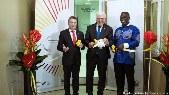 German President Steinmeier with Friedrich Kitschelt, state secretary for economic cooperation, and Ghana's labor minister, Ignatius Baffour-Awuah, opening the Accra center
