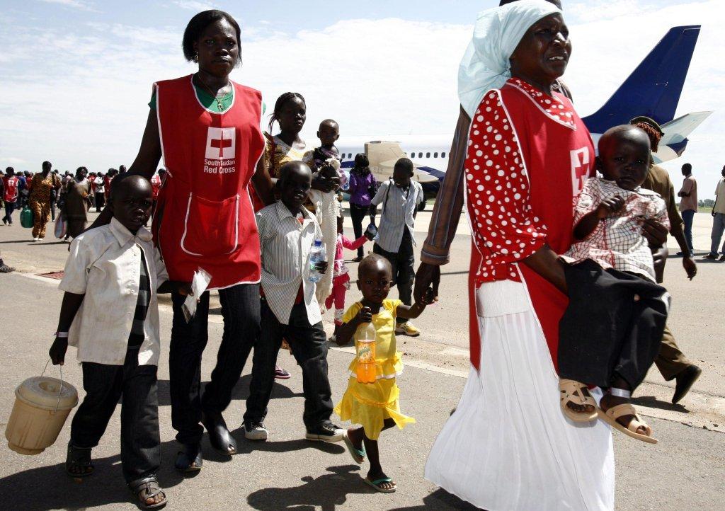 """Ansa / مشردون من جنوب السودان تقطعت بهم السبل في """"كوستي بورت"""" يصلون إلى مطار جوبا. المصدر: صورة من الأرشيف/ """"إي بي إيه""""."""