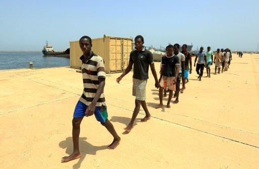 أ ف ب |مهاجرون غير شرعيين في طريقهم إلى قاعدة ليبية بعد إنقاذهم من الغرق في المتوسط في 24 تموز/يوليو 2017.