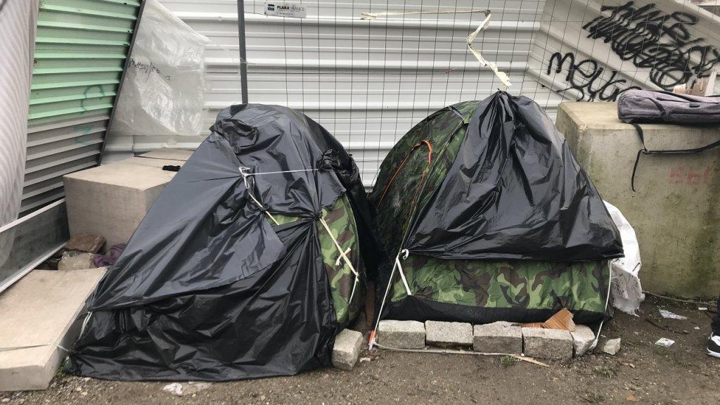 ويعيش هؤلاء المهاجرون في خيم لا تكاد تتسع إلى شخص واحد. المصدر / موسى أبو زعنونة - مهاجر نيوز