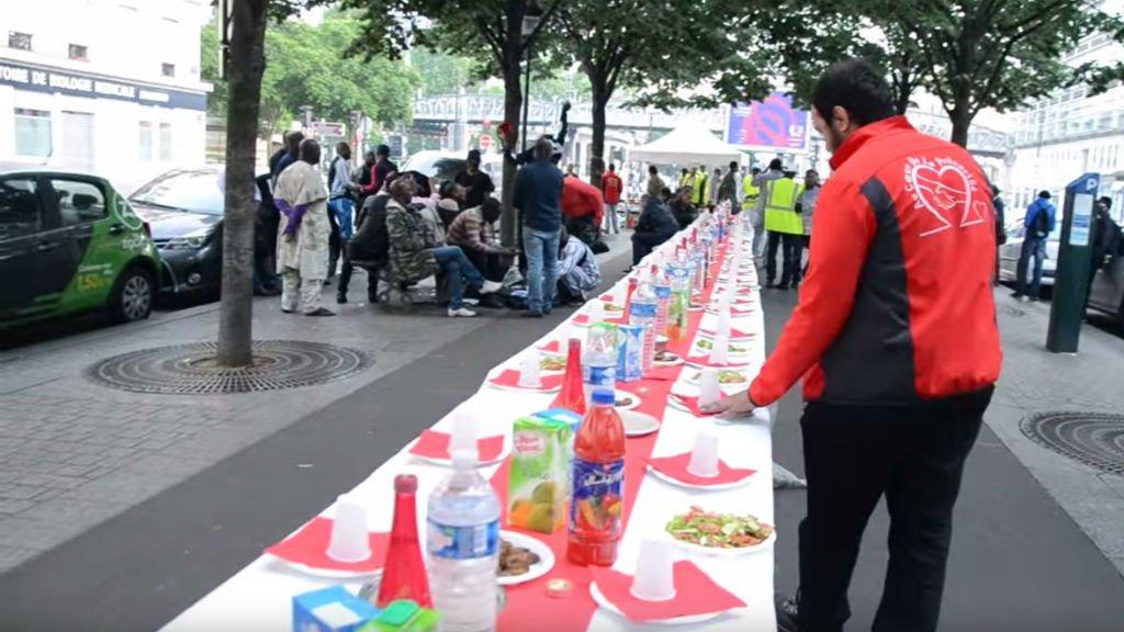 L'association Au coeur de la précarité organise des repas pour la rupture du jeûne dans Paris. Crédit : capture d'écran Youtube