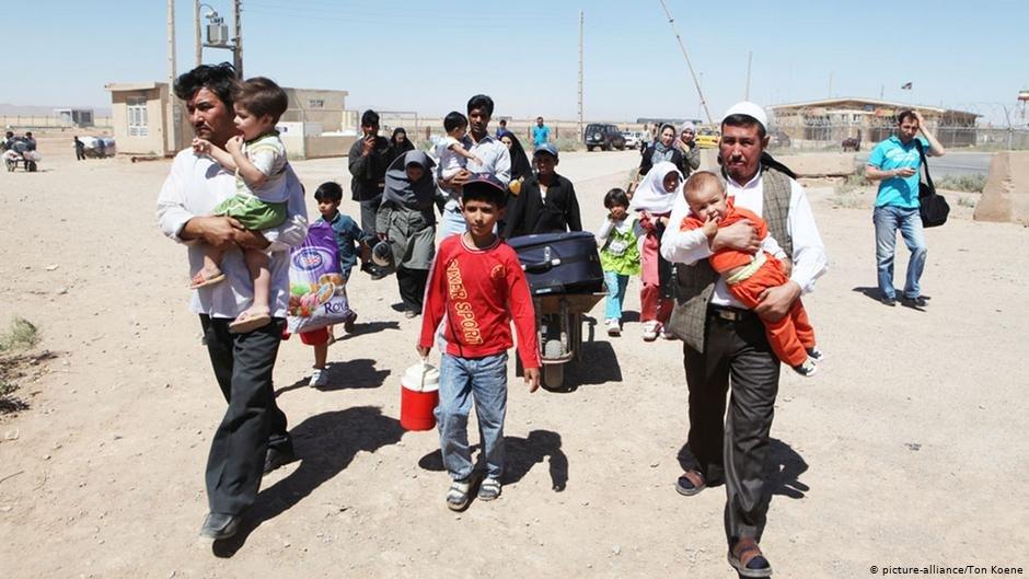 عکس از آرشیف دویچه وله: شماری از مهاجران افغان در حال برگشت به کشورشان