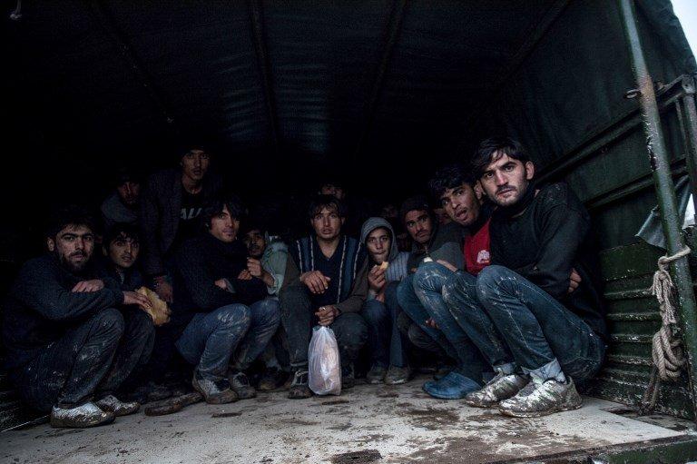 BULENT KILIC / AFP |Des réfugiés afghans sont pris en charge par l'armée turque après avoir été déportés par l'armée grecque près de la frontière des deux pays, à Edirne le 9 décembre 2018.