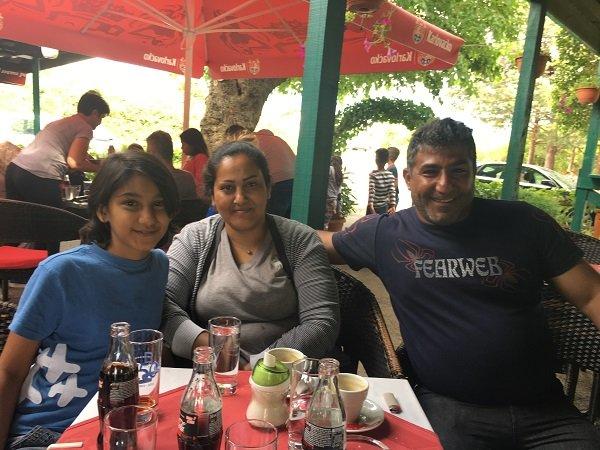 Asma et ses parents Shala et Kami dans le caf  quelques mtres du centre daccueil Crdit  InfoMigrants