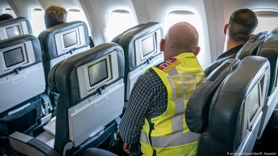 Pendant le vol toutes les personnes expulses sont accompagnes individuellement par un policer  Crdit  picture-alliancedpaM Kappeler