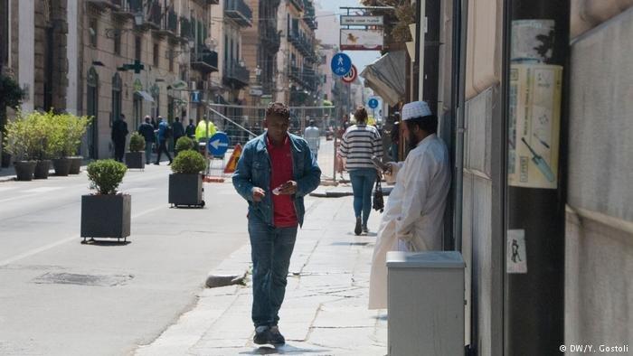 A man walking down a street in Palermo (DW/Y.Gostoli)