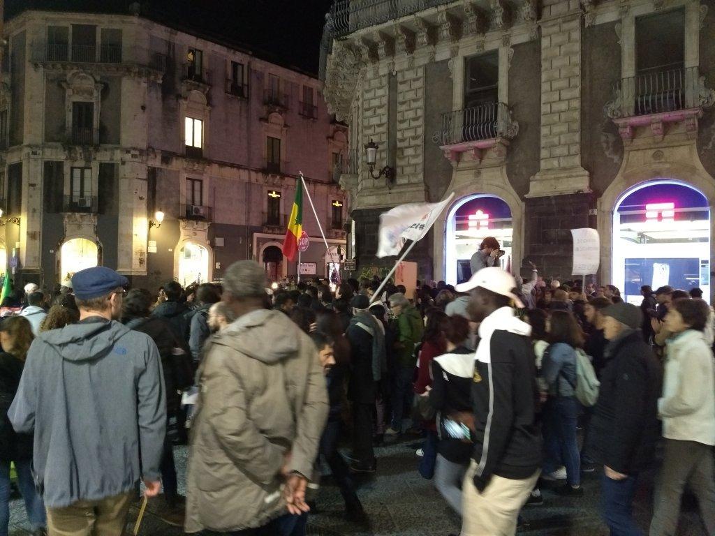 عکس از ایما وایلس: تظاهرات علیه سیاست دولت ایتالیا در مورد مهاجرت در کاتانیا در ۱۹ نومبر ۲۰۱۸ درست قبل از آن که فرمان سالوینی تبدیل به قانون شد.