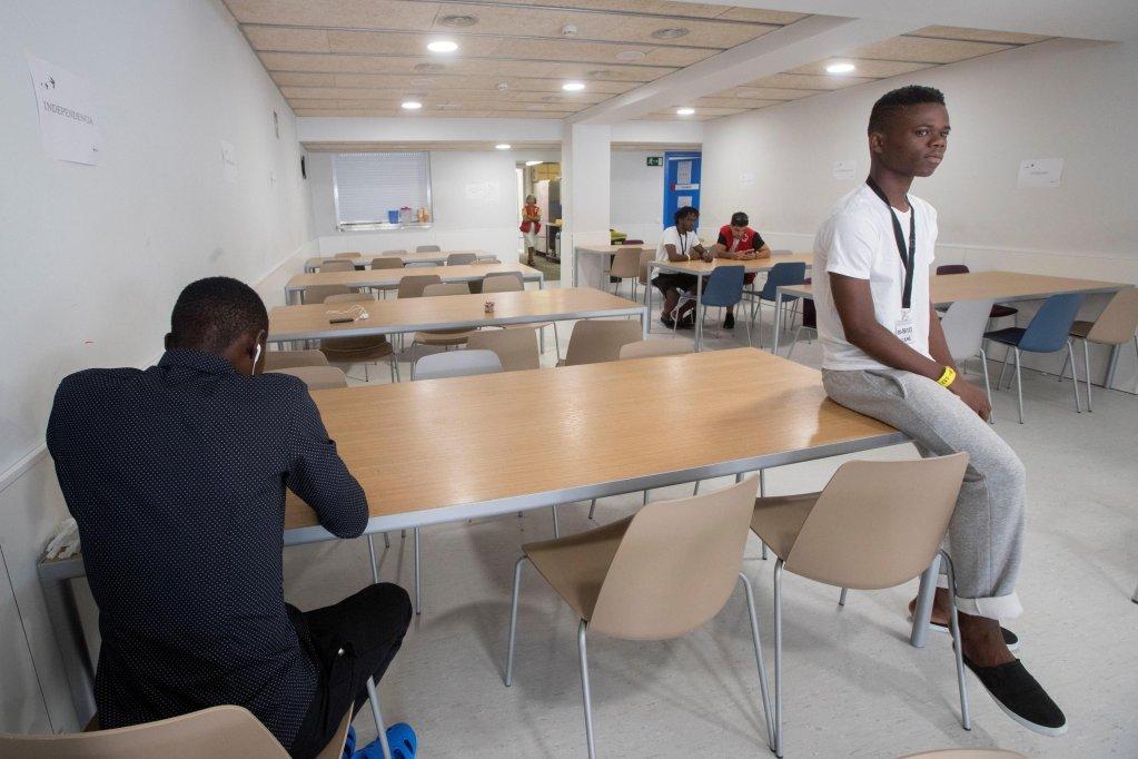 ANSA / مهاجرون في مركز طوارئ ليلي للاجئين في برشلونة في 29 آب/ أغسطس الماضي. المصدر: مارتا بيريز.