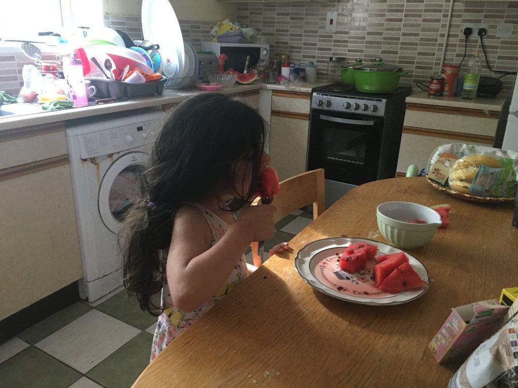 Jana, dans la cuisine de sa maison, à Stock-on-Trent. Crédit : Brenna Daldorph