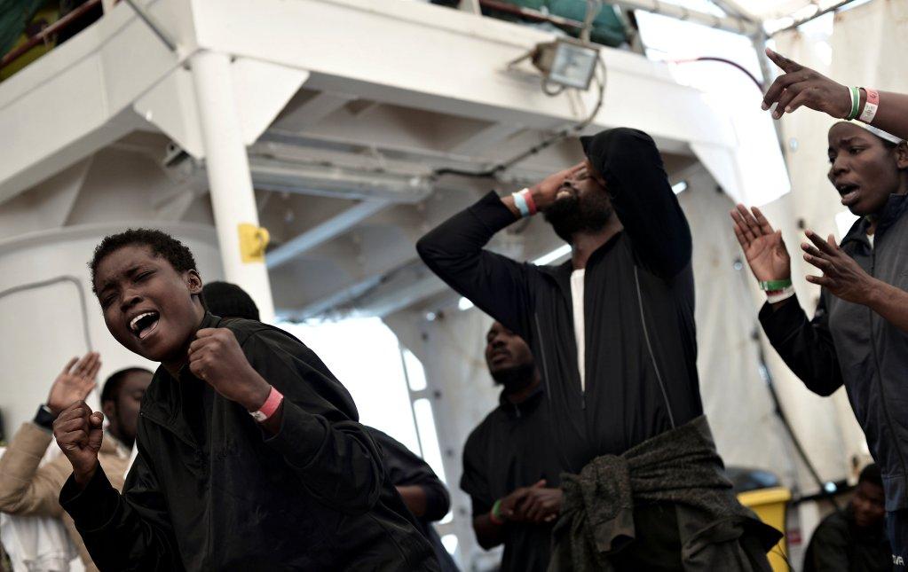 Karpov / SOS Mediterranee/handout via REUTERS |Sur l'Aquarius qui va accoster à Valence, leur port d'accueil, les rescapés de l'odyssée se réjouissent de la fin de leur errance sur mer.