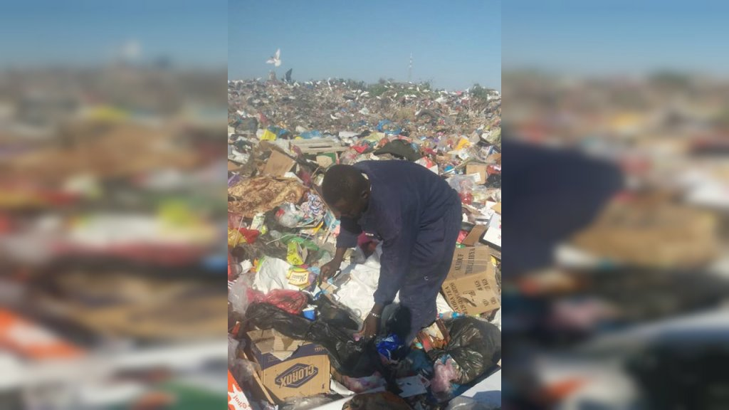 Comme beaucoup d'autres, cet homme qui a récemment quitté le GDF vit et se nourrit sur cette décharge à Tripoli, faute de moyens. Crédit : DR