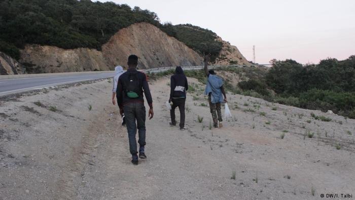 مهاجرات ومهاجرون أفارقة يعيشون في ظروف قاسية بغابة بيلونش