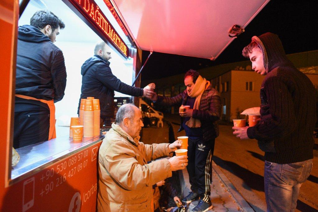 Distribution de nourriture aux migrants de la gare routire dEdirne Mehdi Chebil