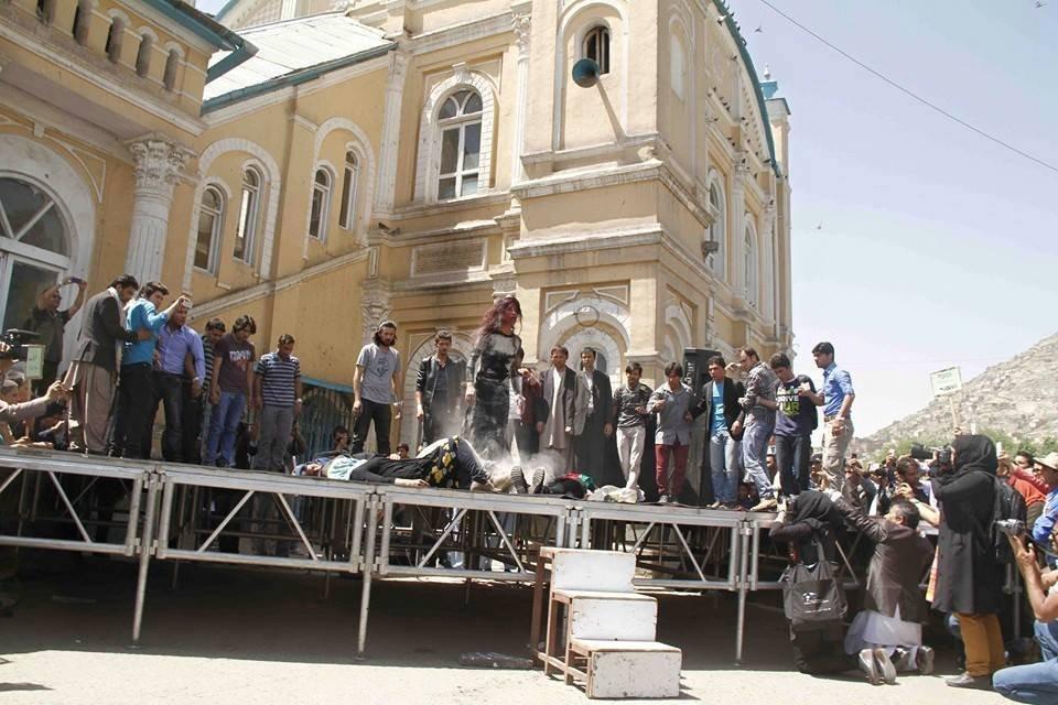 لینا علم در نمایشنامه قتل فرخنده در کابل. عکس از صفحه فیسبوک لینا علم