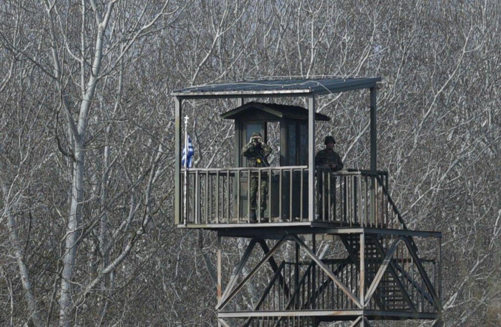 Des militaires grecs observent le ct turc de la frontire depuis un mirador Mehdi Chebil