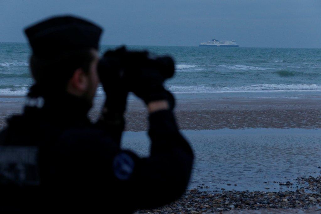 Une patrouille de police sur la plage de Calais. Crédit : Reuters