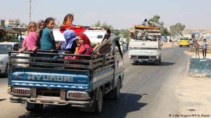 عشرات الآلاف نزحوا من إدلب خشية هجوم واسع محتمل من قبل قوات النظام والقوات الموالية لها