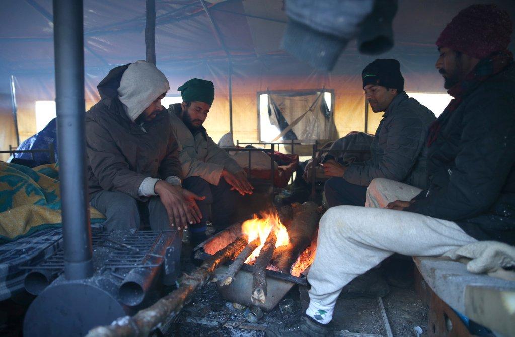 Les migrants font des feux dans les tentes pour se réchauffer. Crédit : REUTERS/Dado Ruvic