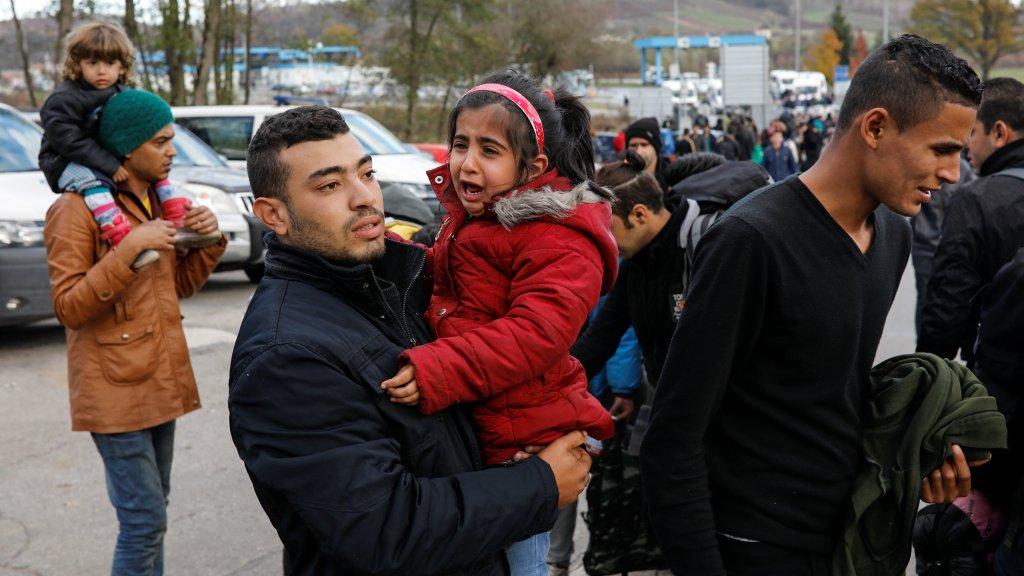 Des migrants bloqués en Bosnie demandent l'ouverture de la frontière croate, le 24 octobre 2018, au poste-frontière de Maljevac. Crédit :  REUTERS/Marko Djurica