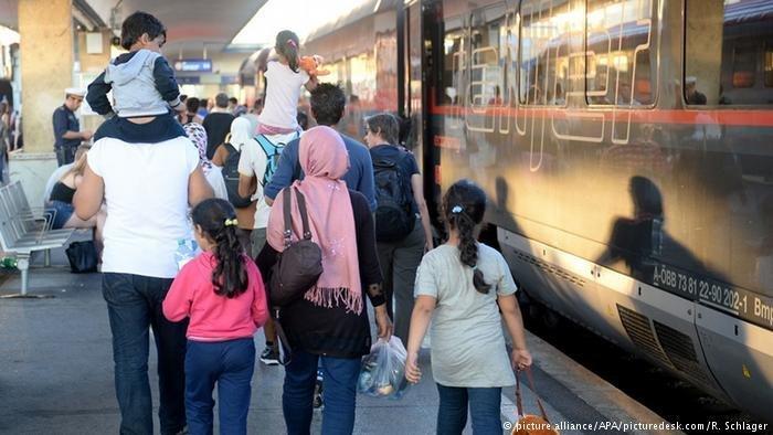 Des rfugis partis de Hongrie arrivent en gare de Vienne 2015