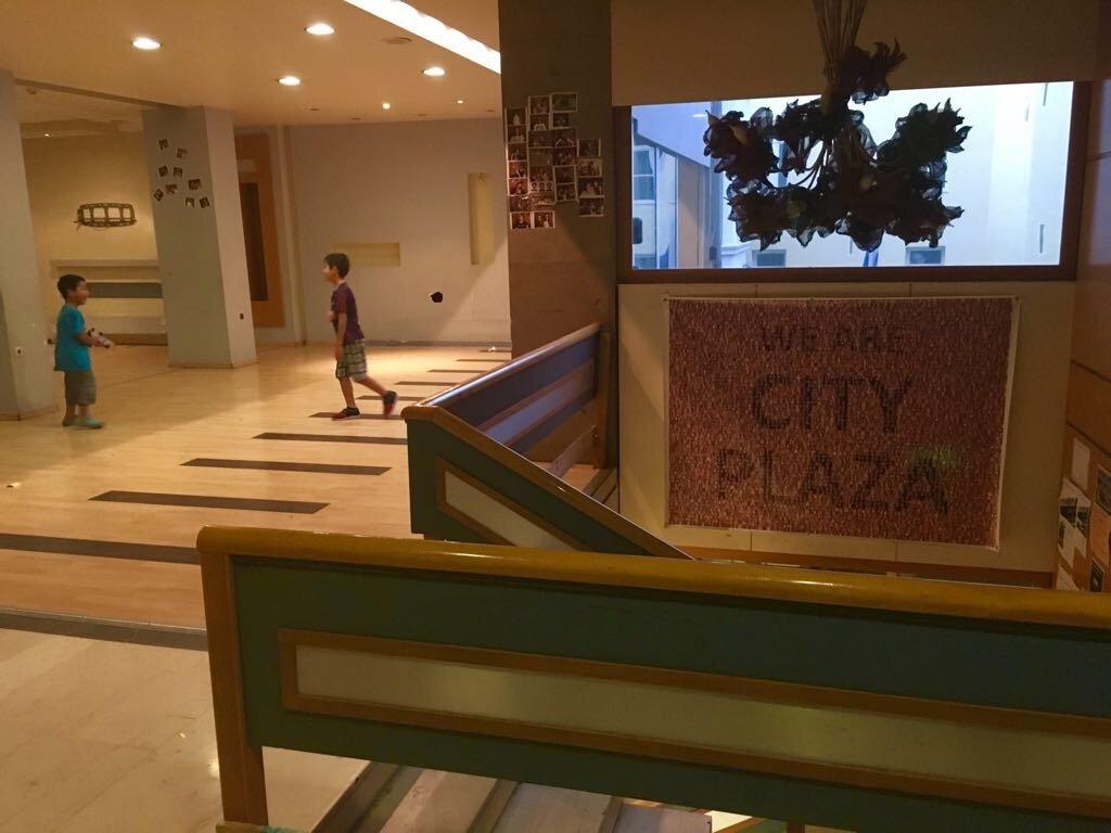 Près de 400 personnes vivent au City Plaza Hotel à Athènes. Crédit : Charlotte Boitiaux