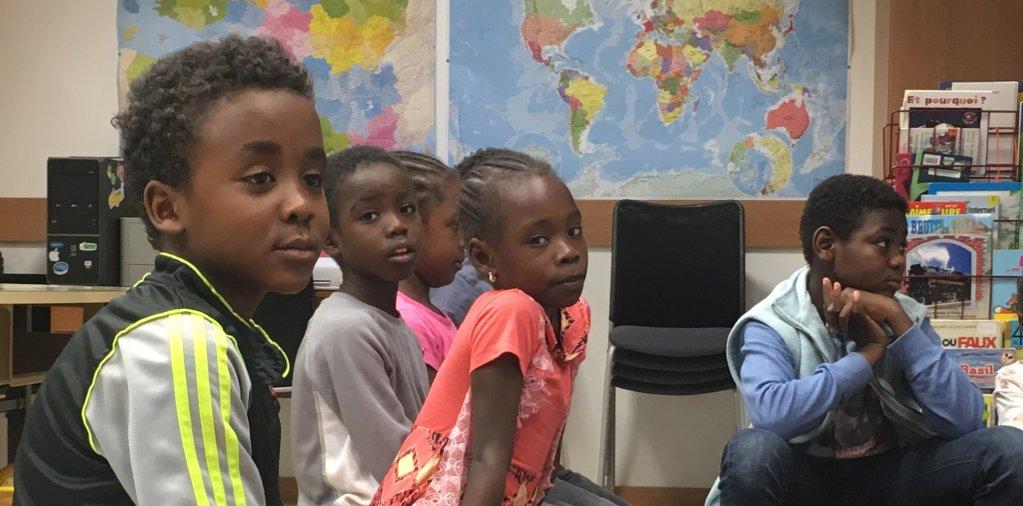 Babikir, le petit Soudanais, au premier plan et la petite Ana, Érythréenne, assise à côté de lui en classe à Thal-Marmoutier. Crédit : InfoMigrants