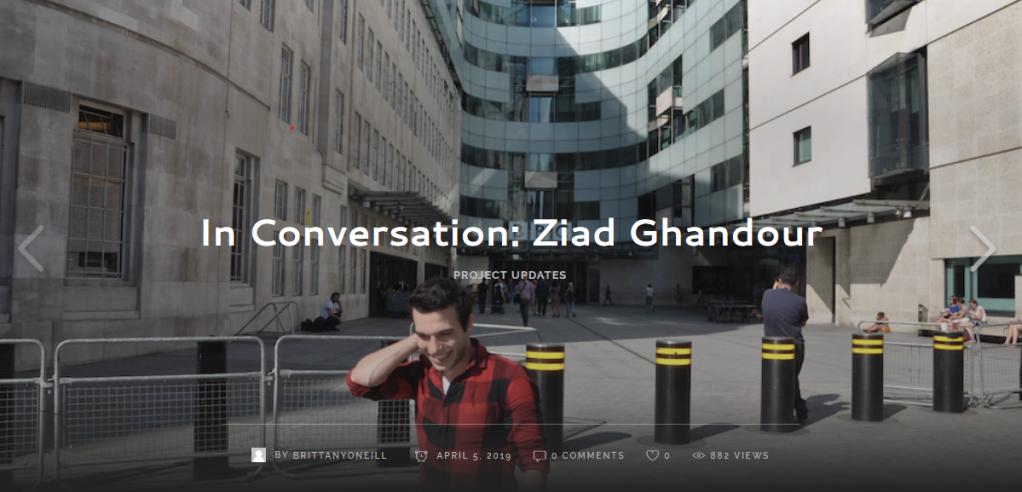 زياد غندور يقف أمام دار الإذاعة البريطانية في وسط لندن