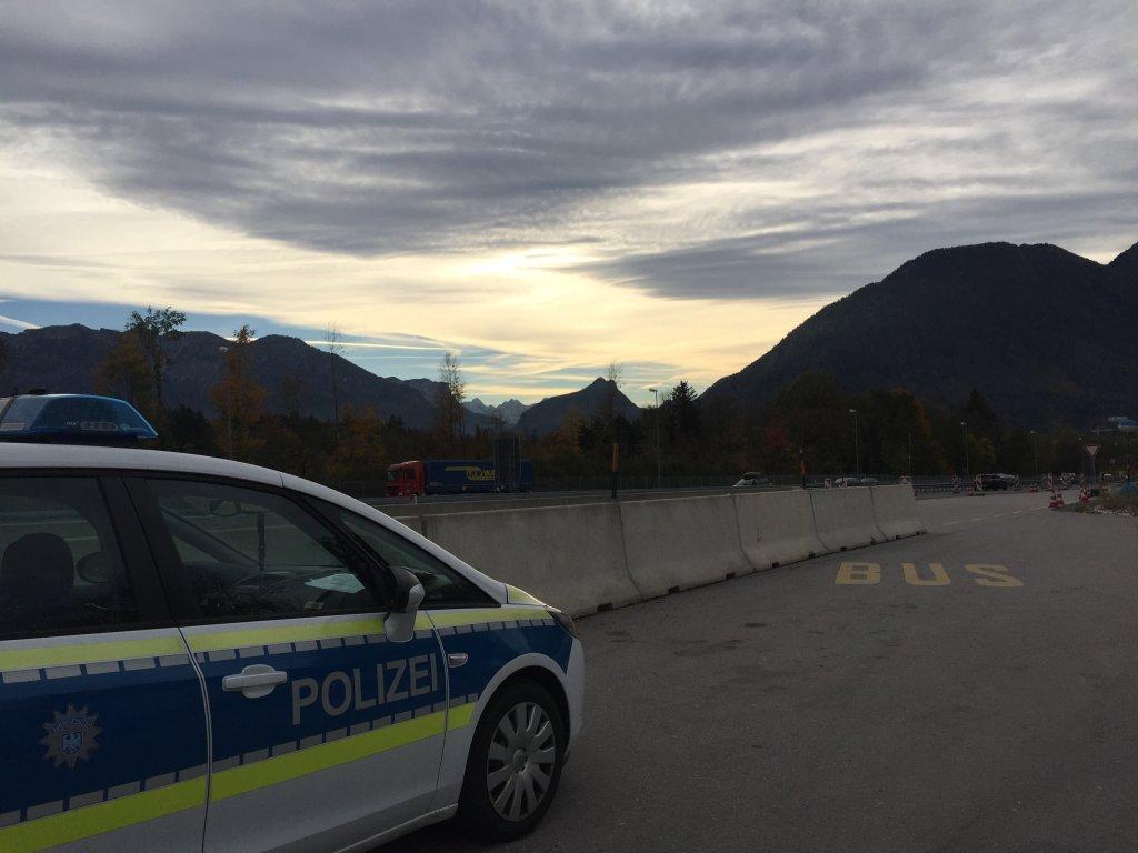 Une voiture de la police allemande  la frontire avec lAutriche Crdits photo  Anne-Diandra Louarn