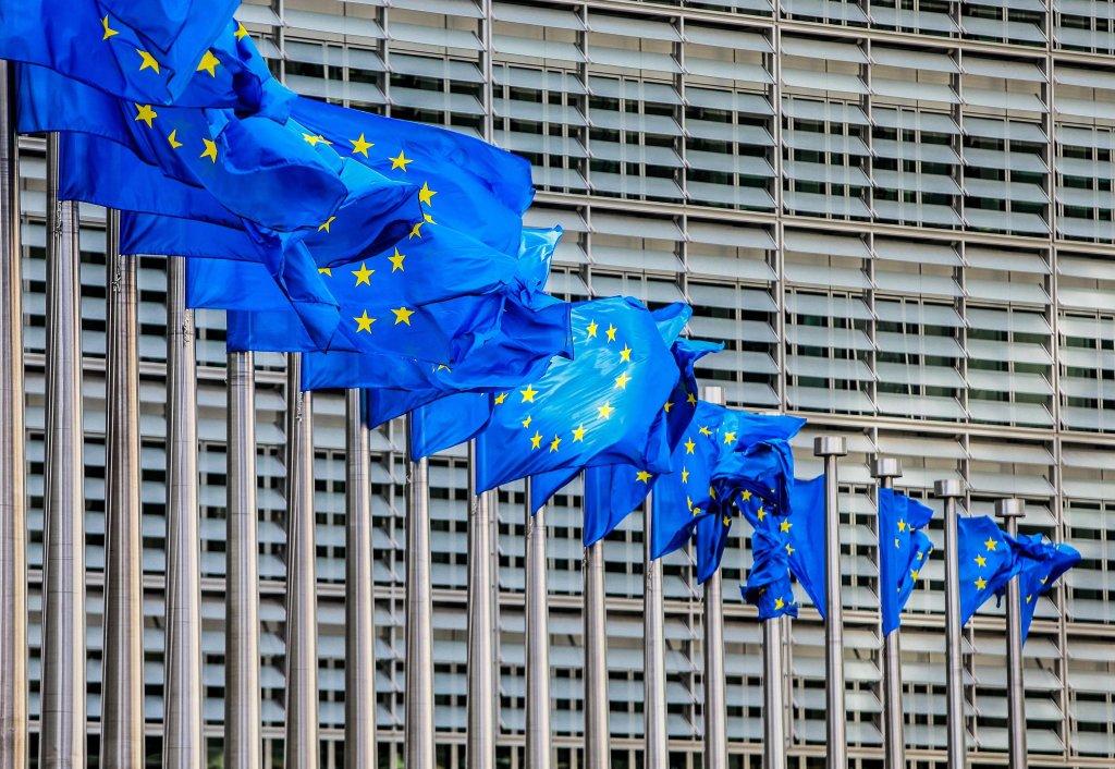 """Ansa / بيارق العلم الأوروبي أمام مقر المفوضية الأوروبية في بروكسل. المصدر: """"إي بي إيه""""/ ستيفاني ليكوك."""