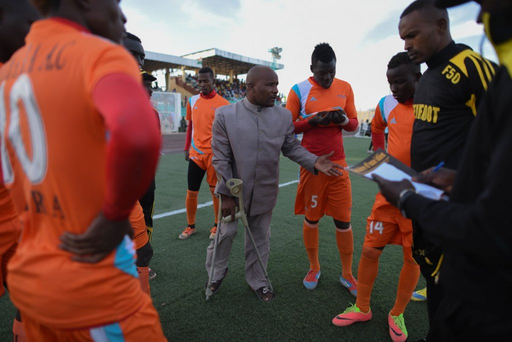 Bachir Amma motivates his players during half-time Photo Mehdi Chebil