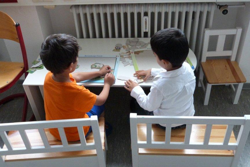 """أطفال يلعبون في مركز الرعاية النهارية التي تديرها منظمة """"أفريكان تايد""""  Copyright: Mara Bierbach"""