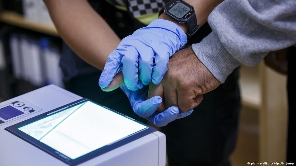 Des policiers prennent des empreintes digitales de migrants en Norvge  Photo Picture-alliancedpaHJunge