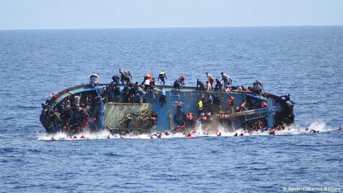 یک قایق مهاجران که در بحیره مدیترانه در حال غرق شدن است. (عکس از آرشیف)