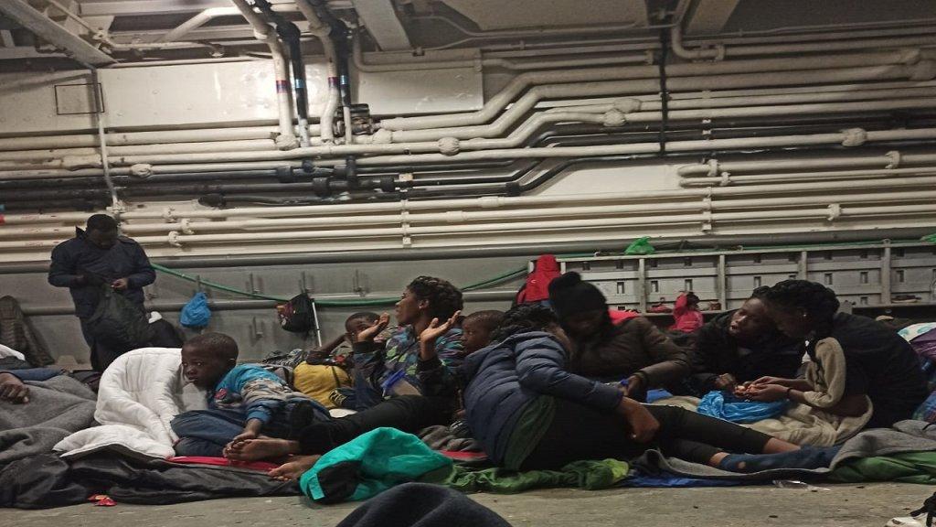 مهاجرون محتجزون في سفينة عسكرية يونانية. الصورة أرسلها سليم*