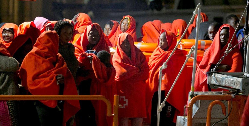 ANSA / نحو 340 مهاجرا ممن تم إنقاذهم لدى وصولهم إلى ميناء سان روك في كاديز، جنوب إسبانيا في 27 تشرين الأول/ أكتوبر الماضي. المصدر: إي بي أيه.