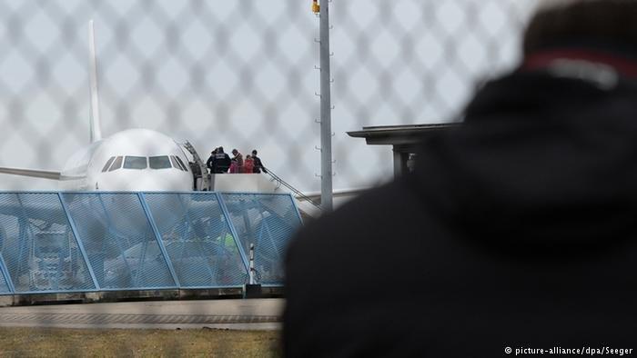 عکس از دویچه وله/ قرار است امروز (سه شنبه) یک گروه دیگر از پناهجویان افغان از ایالت بایرن آلمان اخراج شود.
