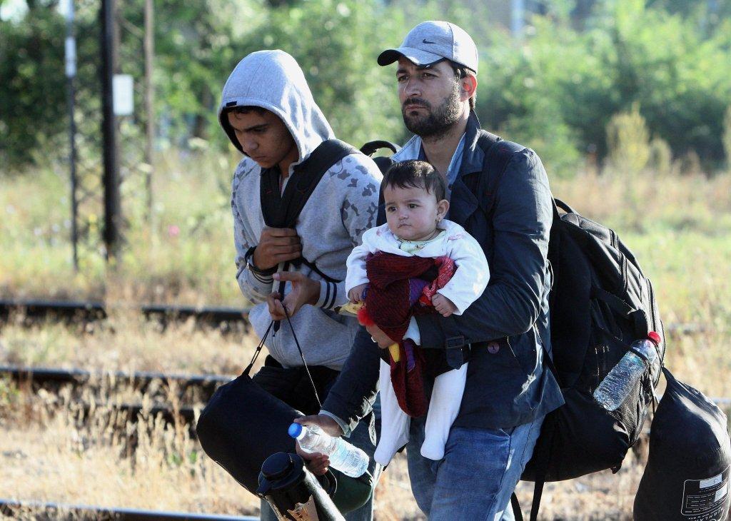 """ansa / مهاجرون سوريون يسيرون على الطريق السريع على الحدود الصربية - المقدونية قادمين من بلغاريا. المصدر: صورة أرشيف/ """"إي بي إيه""""/ جورجي سافيتش."""
