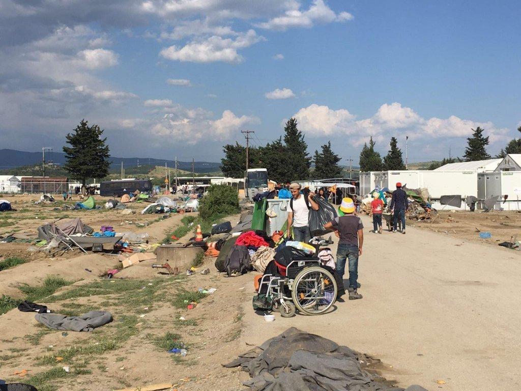 مهاجرون في مخيم للاجئين بالقرب من قرية إيدوميني ، شمال اليونان ، في مايو 2016 | الصورة: وكالة حماية البيئة / أمير كريمي / أطباء بلا حدود