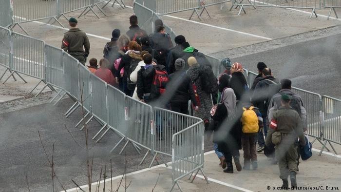 مهاجران در حال عبور از مرز اتریش و آلمان (عکس از آرشیف)