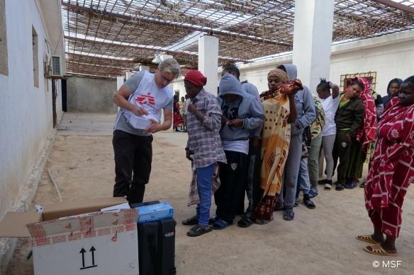 Le docteur Tankred Stoebe délivrant des soins à des femmes détenues dans un centre de détention, à mi-chemin entre Misrata et Tripoli. © MSF