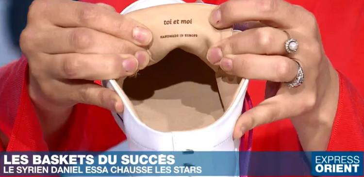 Daniel Essa signe ses chaussures avec un petit mot en français écrit derrière la languette.