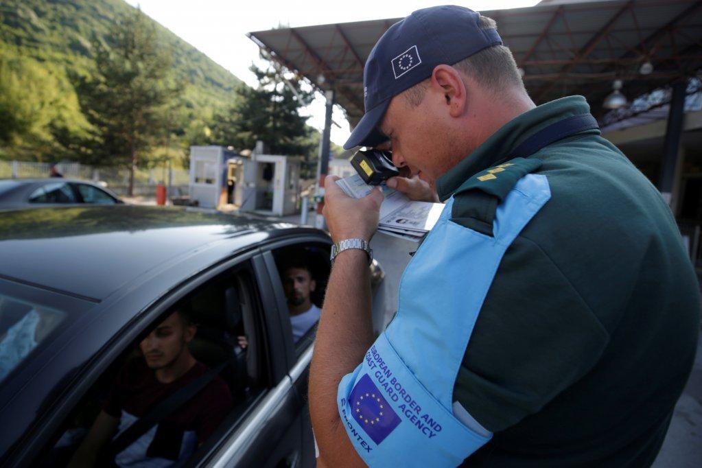 Un agent de Frontex au poste-frontire de Kapshtica en Albanie juillet 2019  Photo REUTERSFlorion Goga