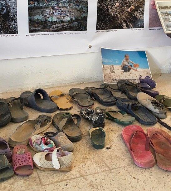 Des tongs exposes dans le muse de Mohsen rcupres sur la plage Crdit  InfoMigrants