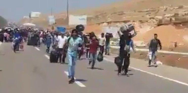 Capture d'écran d'une vidéo montrant des réfugiés qui retournent en Syrie par le poste-frontière de Bab Al-Hawa, situé à 33 kilomètres d'Idlib.
