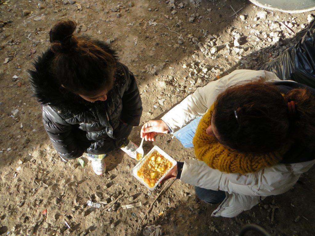 Hema nourrit sa fille Jana dans le camp de Grande-Synthe, en 2015. Crédit : Brenna Daldorph